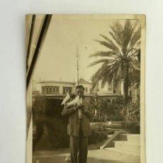 Fotografía antigua: SEVILLA. FOTOGRAFÍA ANTIGUA. SEÑOR JOVEN EN EL PARQUE DE MARÍA LUISA. VERANO DE 1928. Lote 295638523