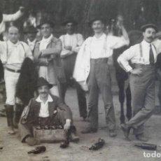 Fotografía antigua: FOTO GRUPO DE HACENDADOS ESPAÑA CA 1900 JINETES ESCOPETA BOTELLAS VINO. Lote 15956868