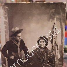 Fotografía antigua: ANTIGUA FOTOGRAFIA EXPLORADOR BOY SCOUT Y CHICA TRAJE REGIONAL POSIBLEMENTE ALICANTE. Lote 295910333