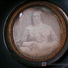 Fotografía antigua: DAGUERROTIPO DE MUJER JOVEN CON VESTIMENTA DE LOS AÑOS 1880.. Lote 26429599