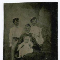 Fotografia antica: FERROTIPO. RETRATO DE ANCIANA CON DOS NIETAS MAYORES Y UN NIETO EN BRAZOS. CIRCA 1875. Lote 26625463