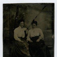 Fotografía antigua: FERROTIPO. RETRATO DE DOS MUJERES SENTADAS EN UN BANCO. CIRCA 1890.. Lote 15898265