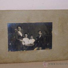 Fotografía antigua: FOTO DE FAMILIA RONDA SANT ANTONIO 30 FURMENTI MIDE 14X9 . Lote 13670208