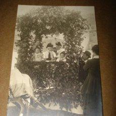 Fotografía antigua: ANTIGUA FOTOGRAFIA DE CARROZA FLORAL CON NIÑOS DE ALCOY . FOTO DE MATARREDONA FOTOGRAFO . AÑO 1920S.. Lote 26997736
