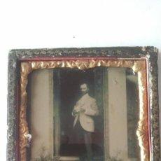 Fotografía antigua: AMBROTIPO ANTIGUO HOMBRE EN LA PUERTA DE CASA. Lote 32112947