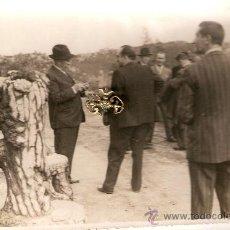 Fotografía antigua: DIPUTADO PROVINCIAL EN MONTE ALOYA TOMA NOTAS. HACIA 1930. PERSONAJES DE TUY Y GUARDIA C.ENVÍO PAGAD. Lote 32564799