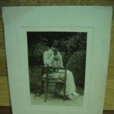 Fotografía antigua: MUJER SENTADA EN EL JARDIN FOTO 8 X 5 - LAMINA 14 X 10. Lote 32376784