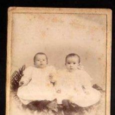 Fotografía antigua: FOTOGRAFÍA ANTIGUA BEBES. FOTÓGRAFO JUAN PERIS BARCELOINA. Lote 37460844