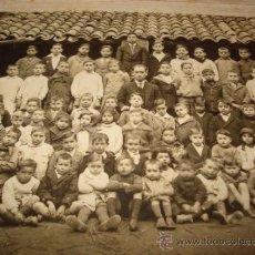 Fotografía antigua: ANTIGUA FOTOGRAFIA DE NIÑOS ESCOLARES CON LOS MAESTROS AÑO 1910-20S. Lote 38782831