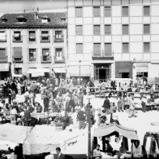 Fotografía antigua: ANTIGUA FOTOGRAFIA DE CRISTAL EN NEGATIVO DE MADRID - VISTAS DEL RASTRO UN DIA DE FIESTA - MADRID 19. Lote 38264669