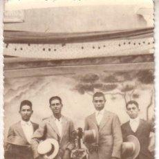 Fotografía antigua: FOTO 18 - GRUPO DE AMIGOS ENLA FERIA - TAMAÑO POSTAL. Lote 40871969