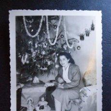 Fotografía antigua: ANTIGUA FOTOGRAFÍA - NAVIDAD 1948 - JUNTO REGALOS Y ARBOL DE NAVIDAD -. Lote 41122957
