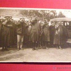 Fotografía antigua: ANTIGUA FOTOGRAFÍA - CIVIL Y MILITARES SALUDANDO CON VEHÍCULO - SIN DETERMINAR 14 X 8 CM.. Lote 43131896