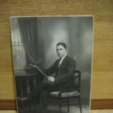 Fotografía antigua: FOTOGRAFIA DE SEÑOR LEYENDO LA PRENSA - ESTUDIO BANUS - BARCELONA. Lote 44831189