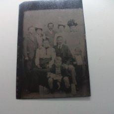 Fotografía antigua: FOTOGRAFÍA ANTIGUA PLACA DE METAL, GRUPO FAMILIAR. FERROTIPO O DAGUERROTIPO.. Lote 51110564