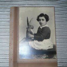 Fotografía antigua: ANTIGUA FOTOGRAFIA ESTUDIO NIÑA POSANDO - FOTO PEPE - BADAJOZ. Lote 51795085