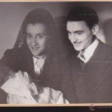 Fotografía antigua: PAPAS CON BEBE,,,AÑOS 50 FOTOGRAFIA. 11 X 7,5 TAL COMO SE VE. Lote 54765277
