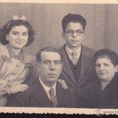 Fotografía antigua: RETRATO DE FAMILIA ,,AÑO 1945,,,FOTOGRAFIA BLANCO Y NEGRO. Lote 54766571