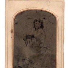 Fotografía antigua: ANTIGUA FOTOGRAFIA ,FERROTIPO,NIÑA SENTADA, 11 X 7 CM.. Lote 74201019