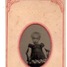 Fotografía antigua: ANTIGUA FOTOGRAFIA ,FERROTIPO,NIÑO SENTADA, 10.5 X 5.5 CM.. Lote 74202799