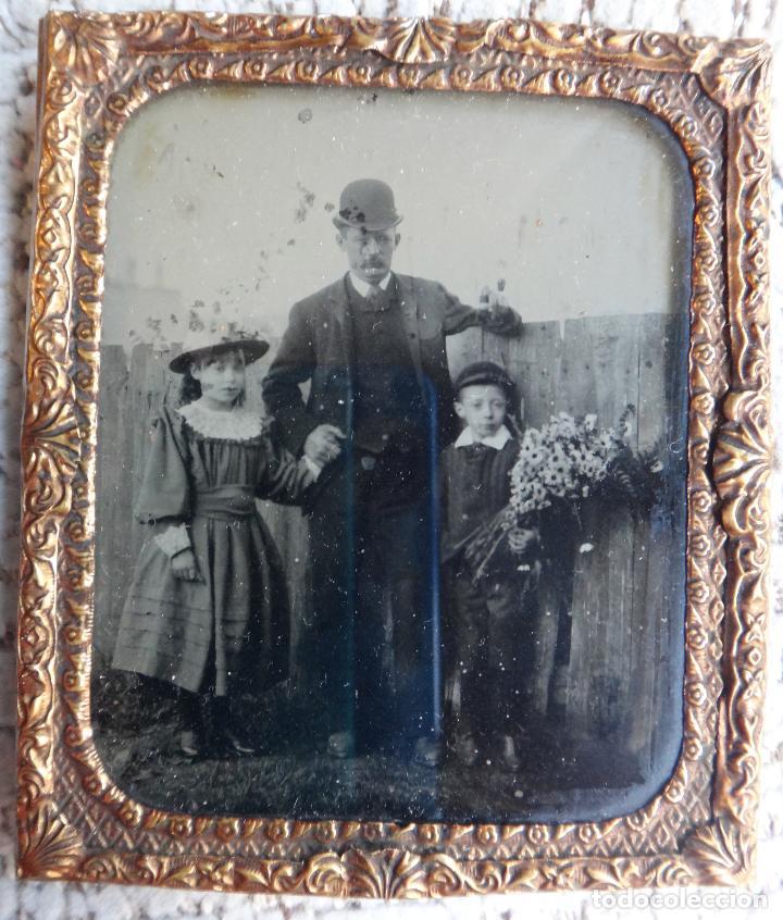 DAGUERROTIPO O FERROTIPO , FOTO PADRE CON HIJOS , SIGLO XIX , ORIGINAL (Fotografía Antigua - Ambrotipos, Daguerrotipos y Ferrotipos)