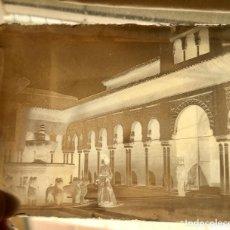 Fotografía antigua: GRANADA LA ALHAMBRA PARTIO DE LOS LEONES DAMA FOTOGRAFIADA X AMURIZA 1900 NEGATIVO CRISTAL 12,5X9,5. Lote 96126451
