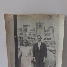 Fotografía antigua: FOTO ANTIGUA DE MATRIMONIO, CON DECORADO DE FONDO--TARJETA POSTAL--. Lote 98615367