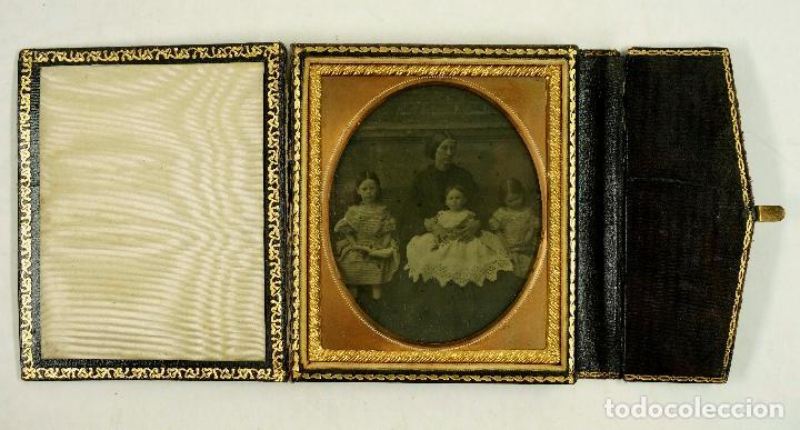 AMBROTIPO DE MUJER CON 3 HIJOS. CAJA: 8X9,5 CM. (Fotografía Antigua - Ambrotipos, Daguerrotipos y Ferrotipos)