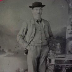 Fotografía antigua: FERROTIPO AMERICANO 1860-1880 USA HOMBRE CON SOMBRERO. Lote 110347543
