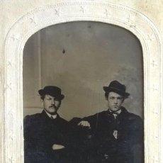 Fotografía antigua: FERROTIPO AMERICANO 1860-1880 USA PAREJA DE HOMBRES CON SOMBRERO TIPO CARTA DE VISITA USA. Lote 110349959