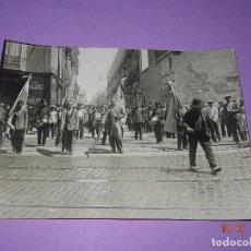 Fotografía antigua: ANTIGUA FOTOGRAFIA DE GRAN TAMAÑO *DESFILE DE LAS BANDERAS POR LAS CALLES DEL CABAÑAL* VALENCIA. Lote 128551803