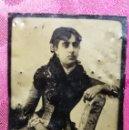 Fotografía antigua: ANTIGUA FOTOGRAFÍA. PLACA DE METAL. JOVEN POSANDO. FOTO.. Lote 129443871