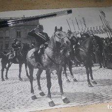 Fotografía antigua: JURA DE LA BANDERA EN P° DE GRACIA, DIAGONAL BARCELONA, 1912, 24 X 18 CM. ANOTACION AL DORSO. Lote 136682866