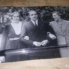 Fotografía antigua: EL REY ALFONSO XIII CON LAS INFANTAS MARIA CRISTINA Y BEATRIZ EN ROMA, 1934, DE 18 X 12,5 CM.. Lote 137119922