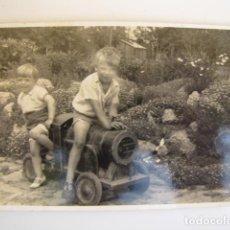 Fotografía antigua: NIÑOS JUGANDO CON TREN DE JUGUETE. AÑOS 30. Lote 138801266