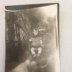 Fotografía antigua: FOTOGRAFÍA ANTIGUA DE NIÑA CON MUÑECA. Lote 142154302