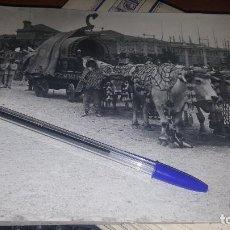 Fotografía antigua: BARCELONA, FIESTAS DE LA MERCED, CARROZA DE BUEYES, 24 X 18 CM.. Lote 143916374