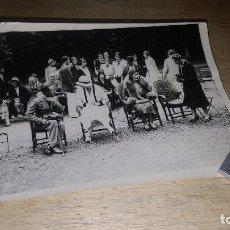 Fotografía antigua: FOTOGRAFIA ORIGINAL DEL REY ALFONSO XIII, LA REINA Y LAS INFANTAS EN PARTIDO DE TENIS, FONTAINEBLEAU. Lote 151231134