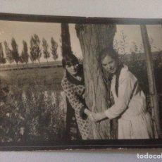 Fotografía antigua: FOTOGRAFÍA ANTIGUA MUJERES JUNTO LAGO. Lote 156314645