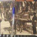 Fotografía antigua: BARCELONA, GUARDIA MUNICIPAL MULTANDO A CARRETERO POR EXCESO DE VELOCIDAD, 24 X 18 CM.. Lote 159526926
