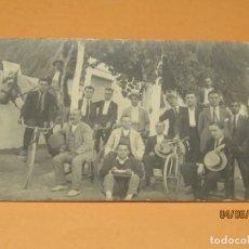 Fotografía antigua: ANTIGUA FOTOGRAFÍA EN BLANCO Y NEGRO - AMIGOS CON BICICLETAS JUNTO BARRACA EN VALENCIA - AÑO 1920S.. Lote 167058848