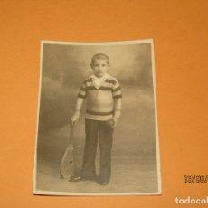 Fotografía antigua: ANTIGUA FOTOGRAFÍA DE NIÑO CON RAQUETA Y PELOTA. Lote 168157880