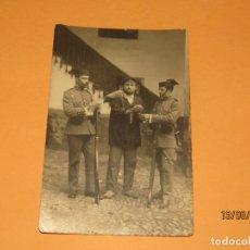 Fotografía antigua: ANTIGUA FOTOGRAFÍA DE PAREJA DE GUARDIA CIVIL ESPOSANDO A LADRÓN O DELINCUENTE. Lote 168159244