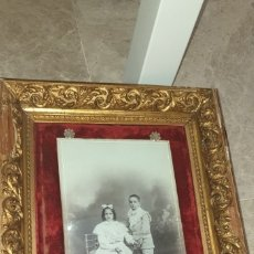 Fotografía antigua: FOTOGRAFIA ANTIGUA NIÑOS ENMARCADA SOBRE DAMASCO Y CLAVOS CRISTAL. Lote 174047067