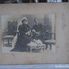 Fotografía antigua: FOTOGRAFIA DE BODA.S.XIX. A Y E.F. DITS. NAPOLEON. BARCELONA. 34 X 25 CM.. Lote 179013817