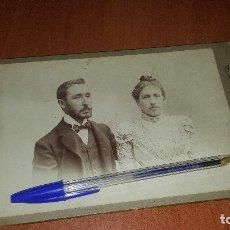 Fotografía antigua: FOTOGRAFIA DE ESTUDIO, PAREJA DE NOVIOS, J. MARTI DE BARCELONA, 21 X 13,5 CM. . Lote 179158572
