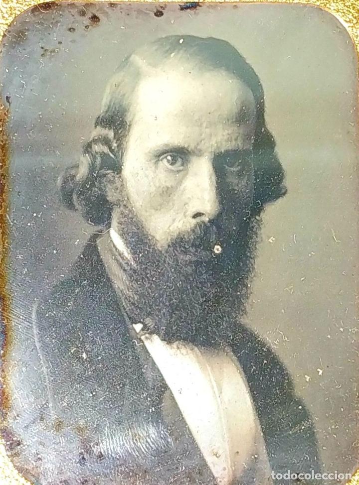 Fotografía antigua: RETRATO DE CABALLERO. FERROTIPO. PORTA RETRATOS EN CUERO REPUJADO. ESPAÑA. SIGLO XIX - Foto 3 - 182590468