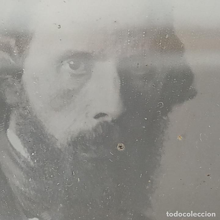 Fotografía antigua: RETRATO DE CABALLERO. FERROTIPO. PORTA RETRATOS EN CUERO REPUJADO. ESPAÑA. SIGLO XIX - Foto 8 - 182590468