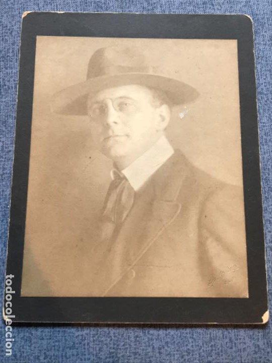 ANTIGUA FOTOGRAFIA INGLES 1909 CABALLERO CON SOMBRERO Y LENTES QUEVEDOS 18X14 CM (Fotografía Antigua - Ambrotipos, Daguerrotipos y Ferrotipos)
