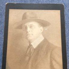 Fotografía antigua: ANTIGUA FOTOGRAFIA INGLES 1909 CABALLERO CON SOMBRERO Y LENTES QUEVEDOS 18X14 CM. Lote 184002327